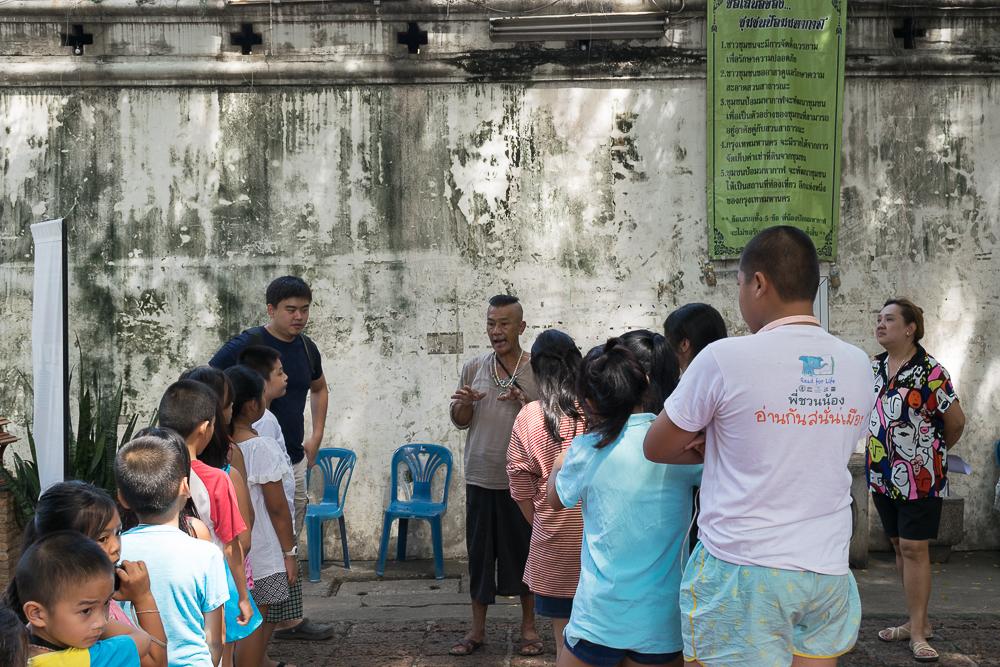 เด็กๆกำลังฟังคำชีแจงจากผู้นำชุมชน ก่อนออกไปถ่ายภาพข้างนอก